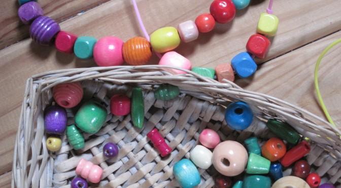 Enfiler des perles pour développer l'attention et la motricité fine